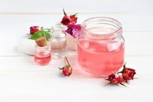 Rosenwasser als Alternative zu Rosenöl